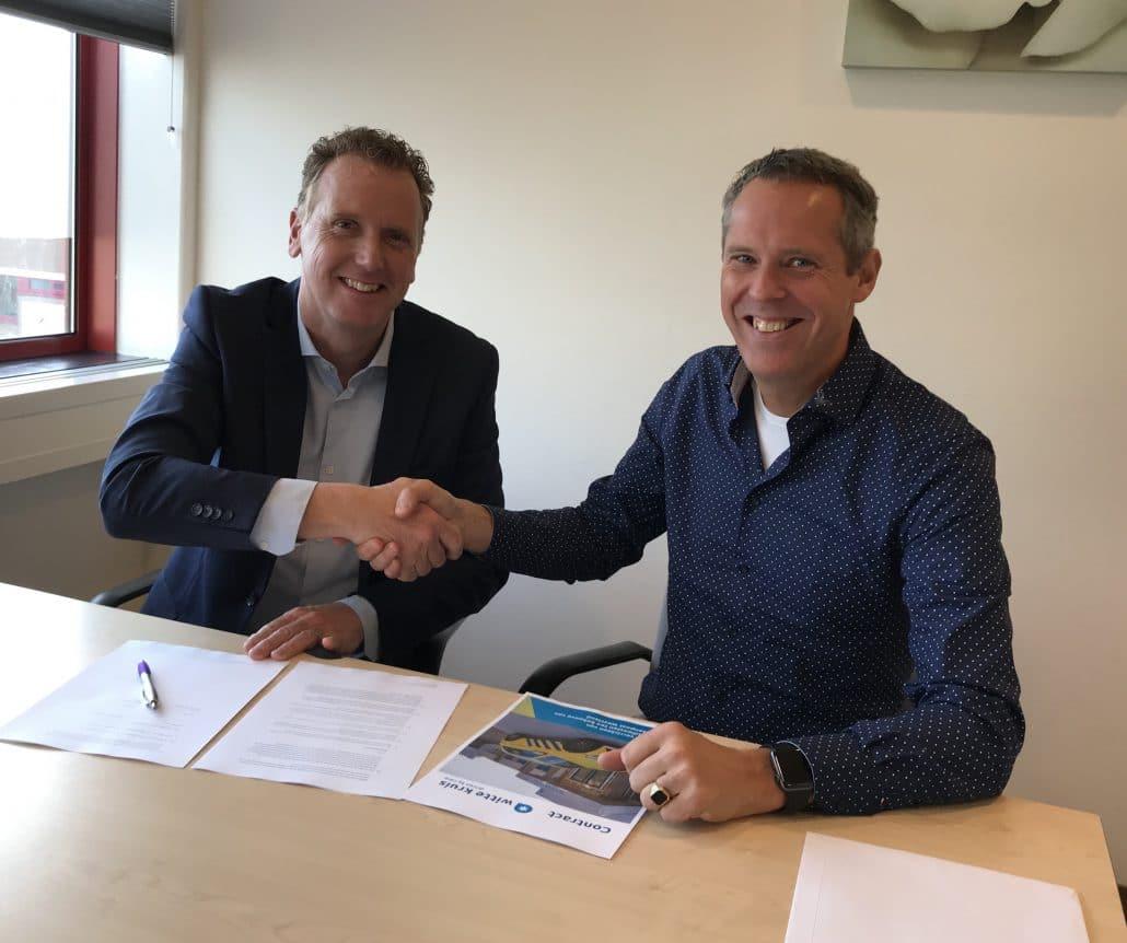 Directeur Mark van Lier en commercieel directeur Witte Kruis Marcel van Pijkeren ondertekenen het contract waarmee er voor vijf jaar verzekerd is van kwalitatief goed huisartsenvervoer op de huisartsenpost Westland.